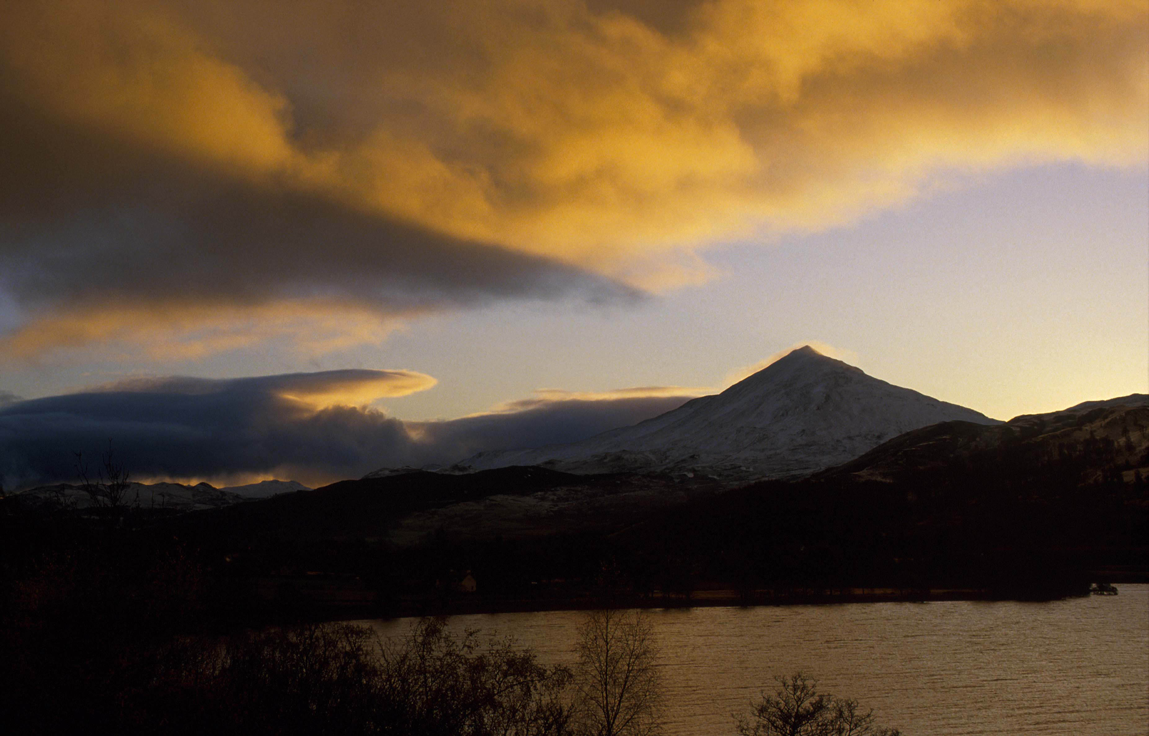 LOOKING OVER LOCH RANNOCH TO THE DISTINCTIVE CONICAL PEAK OF THE QUARTZITE MOUNTAIN OF SCHIEHALLION AT SUNRISE, PERTH & KINROSS © VisitScotland / Paul Tomkins, all rights reserved.